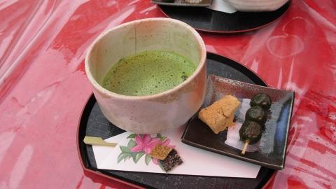 花の茶屋で「抹茶セット」抹茶が美味しゅうございました。