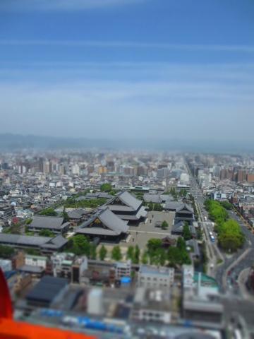京都タワーからの眺め、烏丸通りと東本願寺。