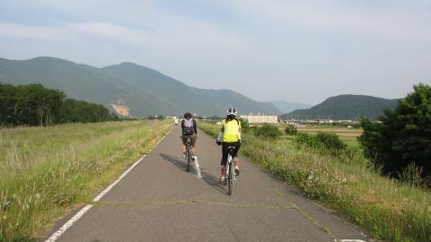 夕方はお天気も良くなってきてサイクリングロードをひた走り、上山田温泉へ。