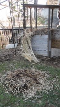 201604 未熟原料を堆肥箱から取り出す