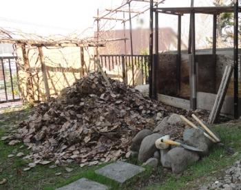 201604 堆肥原料をかき出す