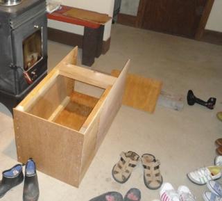 201604 燻製箱作成 悪天のため土間で組み立て作業