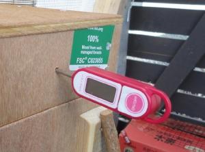 201604 燻製箱にセットした温度計
