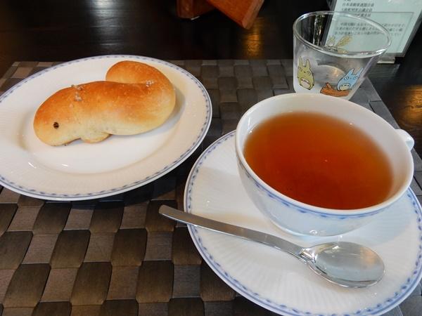ウナギの塩パンと紅茶