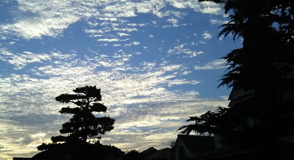 雨の日の前の夕方の空