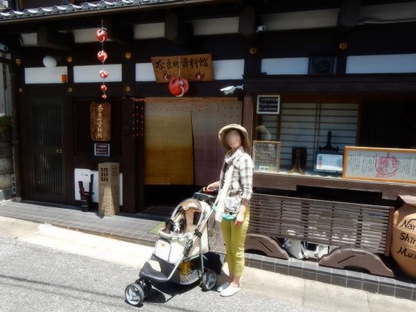 奈良町資料館前で記念撮影