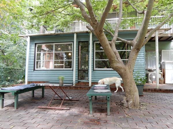ブルーのカフェ外観