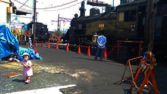 子供と機関車の庫