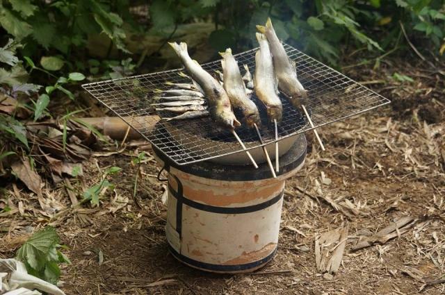 七輪で炭火焼。アユと豆アジ