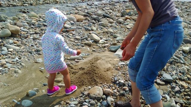 羽根川で砂遊び