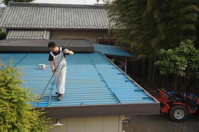 屋根のペンキを塗る俺