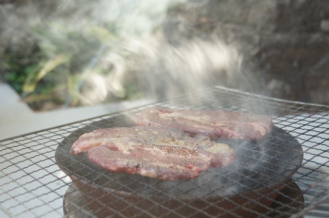 肉を炭火で焼く
