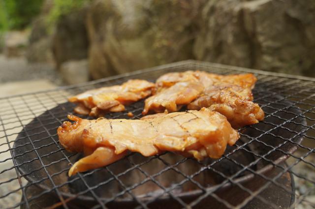 日野豊田名物鳥モモ味付肉を焼く