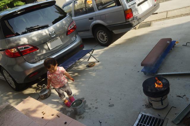 子供と一緒に火を熾す