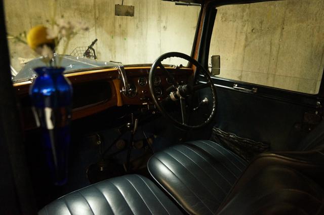 オースチン10の車室内