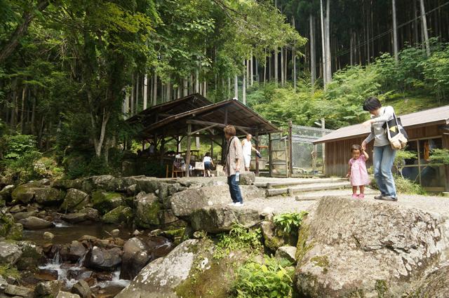 腰掛山荘の釣ができる渓谷