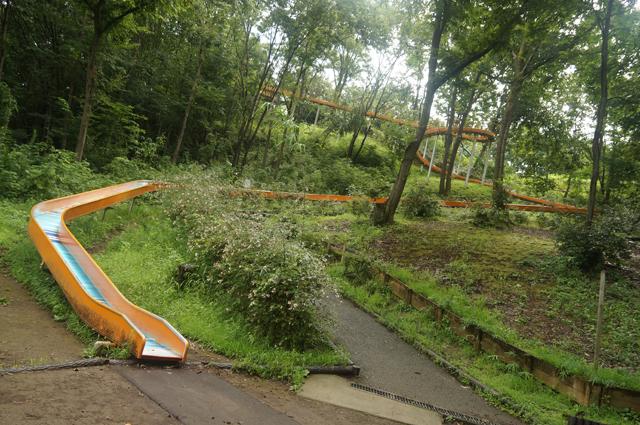 八王子の殿入中央公園の巨大滑り台