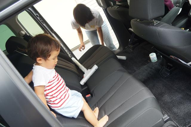 家族でプレマシーの車内を掃除2016