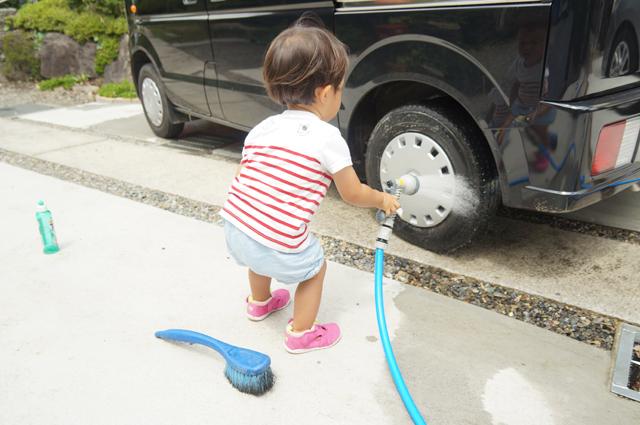 タイヤを洗う娘