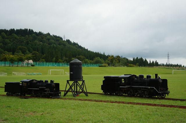 給水塔に集う汽車