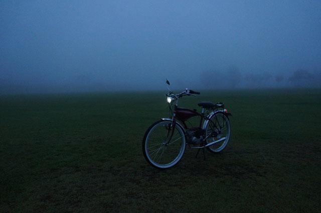 フキプランニングFK310 LAⅢ 、朝の霧の中