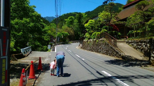 秋川を歩く親子