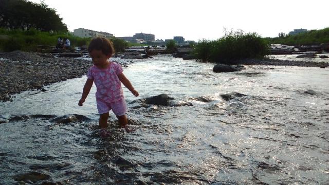 浅川でチャプチャプ水遊び