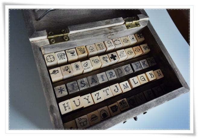 100均(シルクさん)で買ったアルファベットスタンプとダイソーさんのウッドスタンプをキャンドゥさんの木箱に。