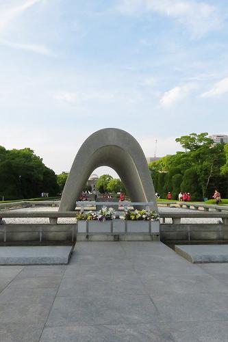 慰霊碑と原爆ドーム