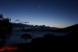 月の見える日の出前