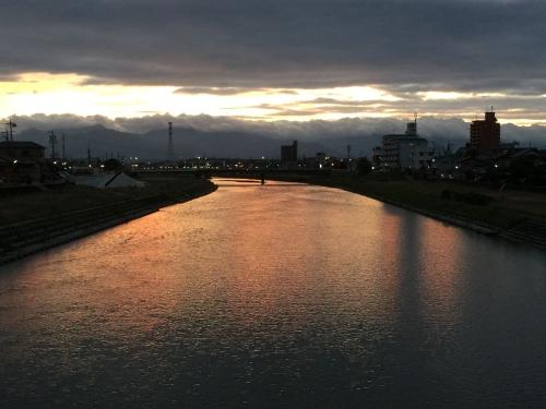 夕暮れ散歩三滝川