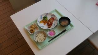 OWL、B定食鮭のトマトチーズ焼き+選べる小鉢(揚げ焼売)4