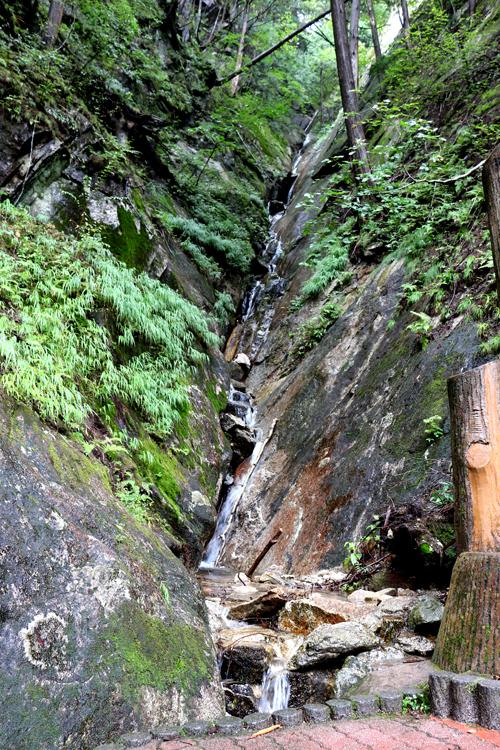 9月25日仙娥滝の反対側の斜面を流れる水