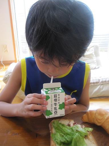 ゆうちゃんと牛乳1 16.7.30