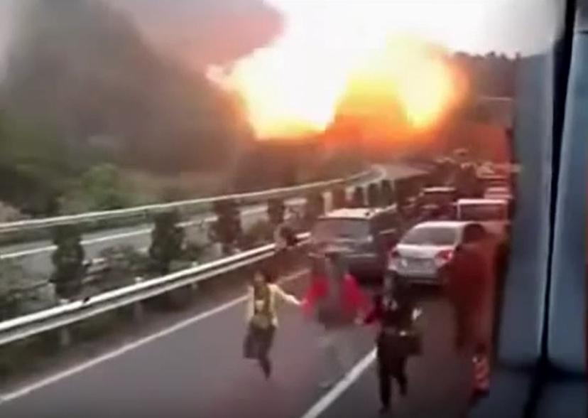 中国タンクローリーLNG事故(左