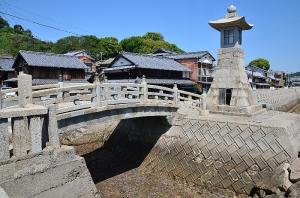石造りの太鼓橋と江戸時代の高燈籠