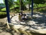 砂場に入る子供たち