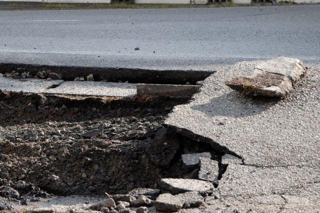 地震で突き出た道路