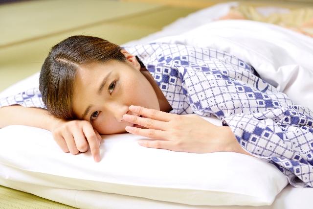 ふとん 眠そうな女性