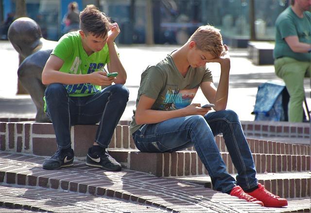 携帯ゲームで 遊ぶ 子供
