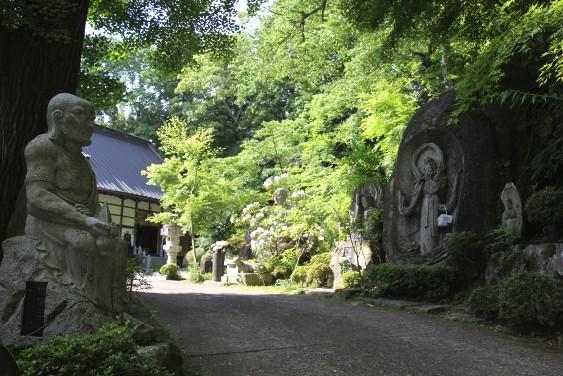 岩肌の仏像
