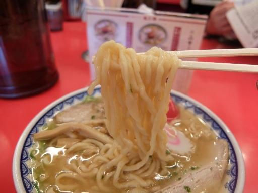 自家製の縮れた中太麺