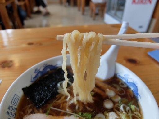 手打ちの縮れ麺