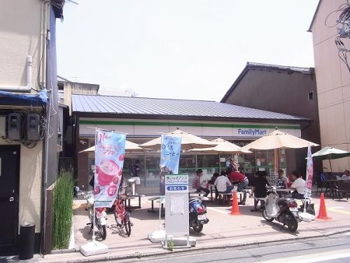 店前の駐車場(SB部分)を飲食スペースにした
