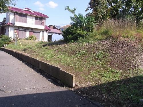 敷地内に盛り土がしてあって高低差ある