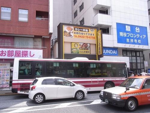 バスや大型車両によってお店が隠れてしまうのを2階も看板にすることでカバー
