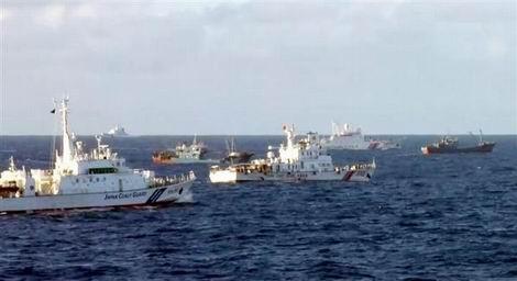 20160830_尖閣諸島周辺の海上保安庁の巡視船(左端)と中国公船や漁船(470x256)