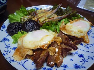 肉とシシャモ・椎茸そして目玉焼き