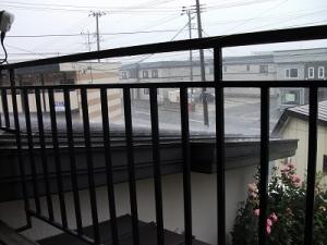 160822雨屋根を打つ