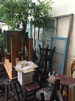 手を加えられるのを待っている窓枠や椅子